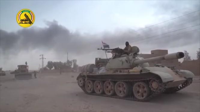 Xe tăng quân đội Iraq tiến công trên chiến trường biên giới Syria - ảnh video truyền thông PMU