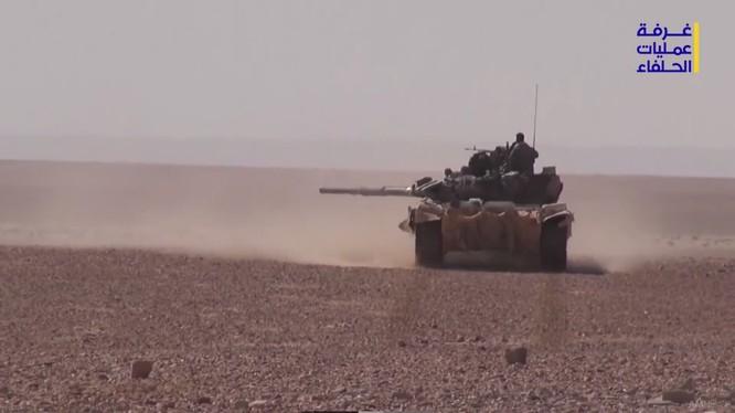 Xe tăng lực lượng Hezbolah tấn công IS trên vùng sa mạc tây nam Deir Ezzor - ảnh video truyền thông Hezbollah