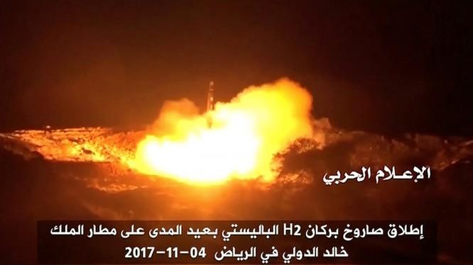 Lực lượng Houthi phóng tên lửa đạn đạo vào sân bay King Khalid gần thủ đô của Saudi, Riyadh - ảnh video lực lượng Houthi