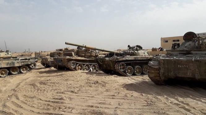 Một số xe tăng thu được từ IS trong thành phố Deir Ezzor - ảnh video SANA