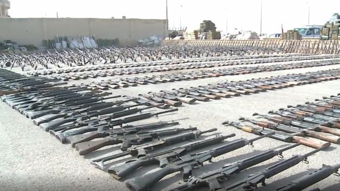 Vũ khí thu giữ được từ IS - ảnh minh họa video ANNA News