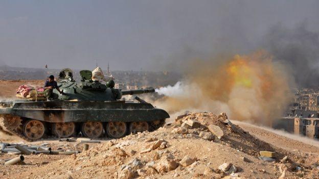Xe tăng quân đội Syria xả đạn vào IS trên chiến trường - ảnh minh họa Masdar News