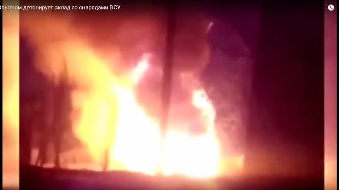 Cảnh vụ cháy nổ ở Donbass, ảnh minh họa video Riafan