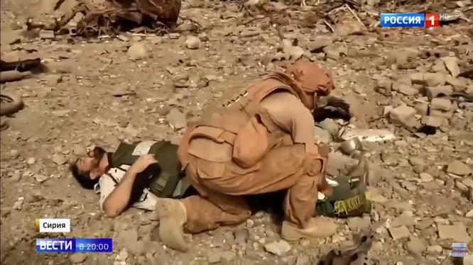 Những phóng viên bị thương trên hiện trường vụ nổ mìn - ảnh video minh họa Kênh 1 Truyền hình Nga