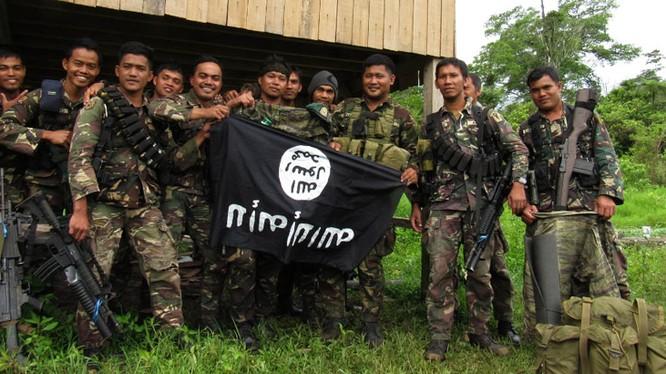 Binh sĩ Philippines với cờ của IS, quay ngược xuống dưới sau khi giải phóng hoàn toàn Marawi