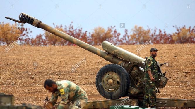 Pháo binh quân đội Syria chiến đấu trên chiến trường Hama - ảnh Masdar News