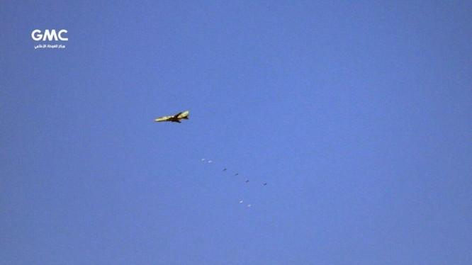 Máy bay ném bom Su-22 Syria không kích khu vực Đông Ghouta - ảnh Masdar News