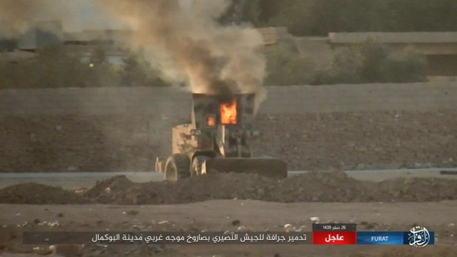 Xe ủi đất của quân đội Syria bị IS sử dụng tên lửa chống tăng bắn cháy - ảnh trang Amaq