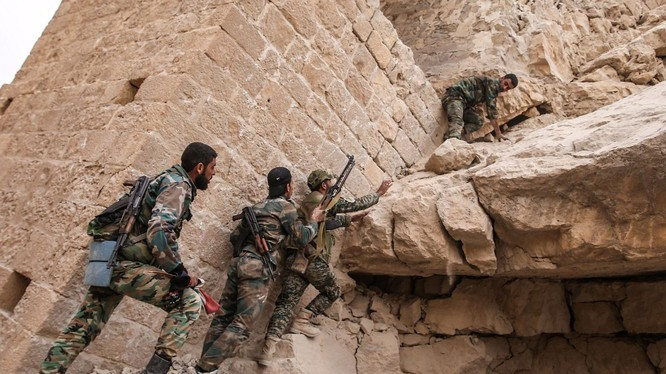 Binh sĩ Syria truy lùng IS trong khu thành cổ Palmyra - ảnh minh họa Masdar News