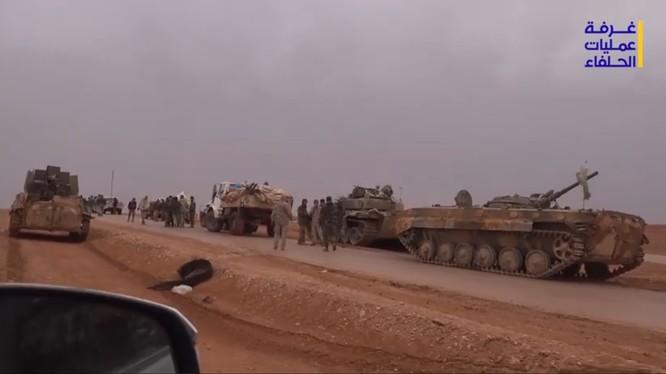 Các đơn vị quân đội Syria và lực lượng quân tình nguyện chờ đợi cuộc tấn công vào thành phố Albukamal - ảnh video Hezbollah