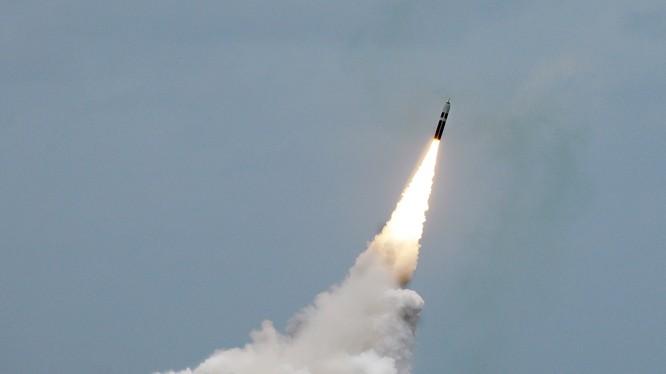 Tên lửa Trident II D5 không đầu đạn hạt nhân được phóng từ tàu ngầm mang tên lửa đạn đạo USS Maryland (SSBN 738) lớp Ohio ngoài khơi bờ biển Florida ngày 31.08.2016. Ảnh Hải quân Mỹ.