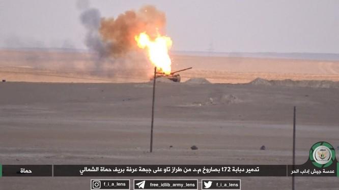 Chiếc tăng T-72 bị bắn cháy trên chiến trường đông bắc tỉnh Hama - ảnh minh họa video