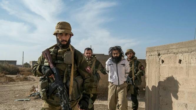 Một tay súng IS nước ngoài được đưa về trại giam - ảnh truyền thông Săn IS