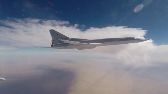 Máy bay ném bom chiến lược Nga Tu--22M3 không kích ở Syria - ảnh video Ruptly