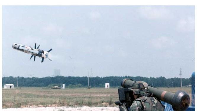 FGM-148 Javelin là tổ hợp tên lửa chống tăng mang vác do Raytheon và Lockheed Martin hợp tác thiết kế, sản xuất.