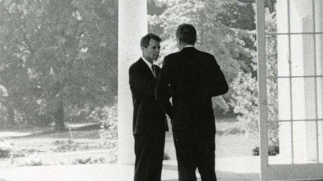 John F. Kennedy gặp anh trai, cựu Tổng chưởng lý Robert F. Kennedy, tại Nhà Trắng ở Washington. REUTERS / Cecil Stoughton / Nhà Trắng / Thư viện Tổng thống John F. Kennedy.