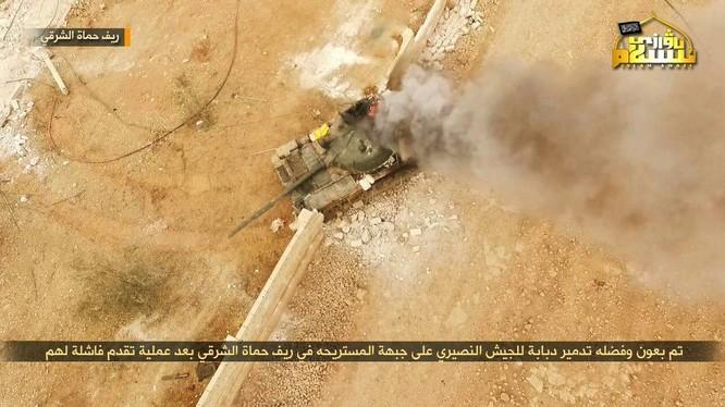 """Chiếc xe tăng T-62 quân đội Syria bị trúng mìn trên chiến trường Hama - ảnh lực lượng """"đối lập"""" đảng Hồi giáo Turkistan"""