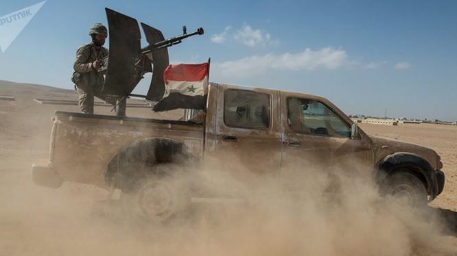 Xe cơ giới quân đội Syria tấn công trên sa mạc Deir Ezzor