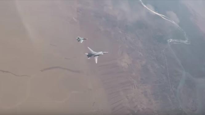 Máy bay ném bom chiến lược tầm xa Tu22M3 và tiêm kích Su-30SM trên không phận Deir Ezzor - ảnh video minh họa