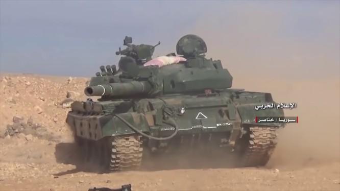 Xe tăng T-62 quân đội Syria tiến công trên chiến trường Aleppo - ảnh minh họa Masdar News