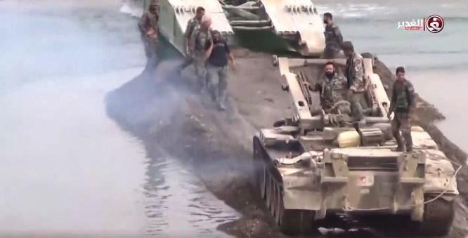 Xe thiết giáp bắc cầu MTU - 20 của quân đội Syria trên chiến trường Deir Ezzor - ảnh video minh họa truyền hình Syria