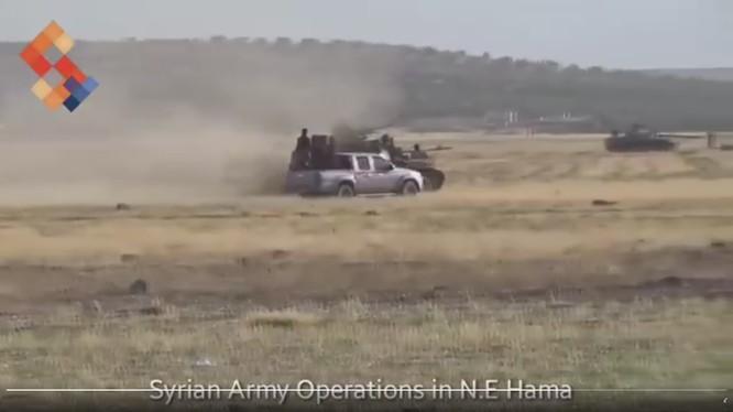 Một đơn vị quân đội Syria tiến công trên chiến trường đông bắc Hama - ảnh minh họa video Syrian Digital Media