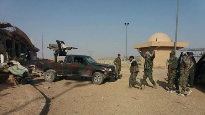 Binh sĩ quân đội Syria trên chiến trường Sukhnah, tỉnh Homs - ảnh Masdar News