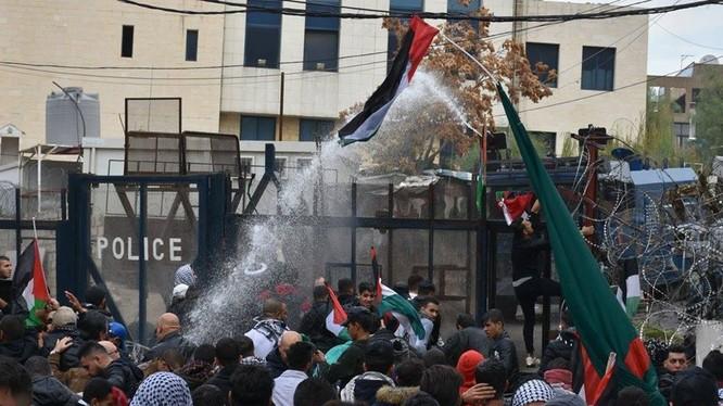 Cuộc biểu tình dữ dội diễn ra trước đại sứ quán Mỹ ở Beirut Lebanon - ảnh video RT