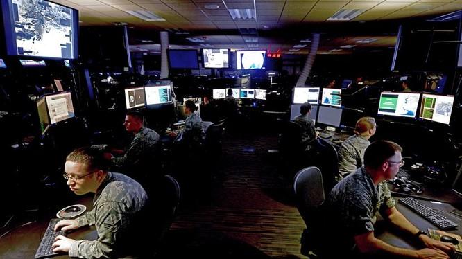Phòng Tình báo, Giám sát và Kiểm soát tại Trung tâm Điều hành tác chiến hỗn hợp tại Căn cứ không quân Al Udeid, Qatar – ảnh không quân Mỹ