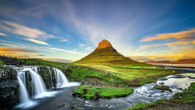 Ngon Kirkjufell có độ cao 1519 ft ( 463m) so với mặt nước biển, có lẽ đây là ngọn núi được chụp ảnh nhiều nhất ở Ai-Len (IceLand). Bức ảnh trên là một trong những bức ảnh đẹp chụp ngon núi này