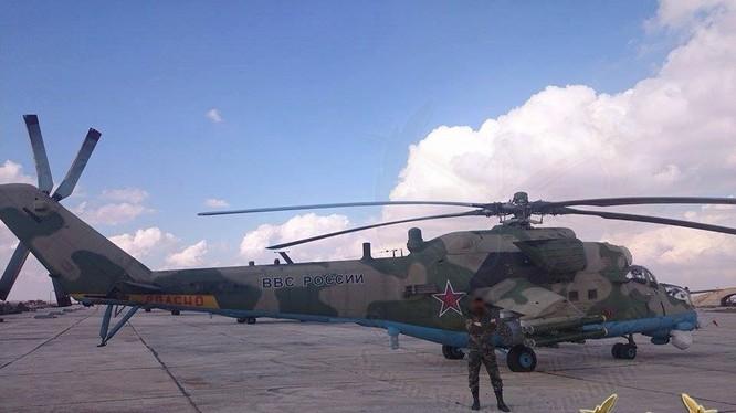 Máy bay trực thăng chiến đấu Nga trên sân bay quân sự Syria - ảnh Muraselon