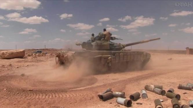 Xe tăng quân đội Syria tiến công trên chiến trường Idlib - ảnh Masdar News