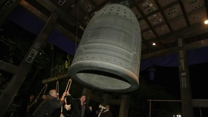 Chiếc chuông trong ngôi đền Phật giáo Zojoji ở Tokyo vào sáng sớm năm mới. Itsuo Inouye / Ảnh AP
