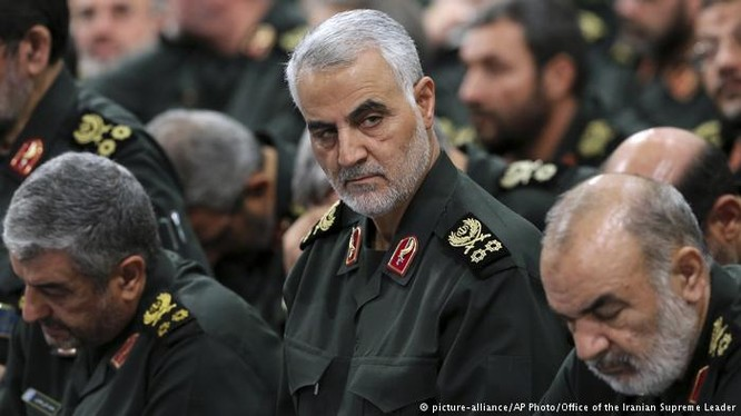 Thiếu tướng Qassem Soleimani, tư lệnh trường lực lượng Vệ binh Cách mạng Hồi giáo Iran sẽ chỉ huy chiến dịch tấn công trên sa mạc tỉnh Homs - ảnh South Front