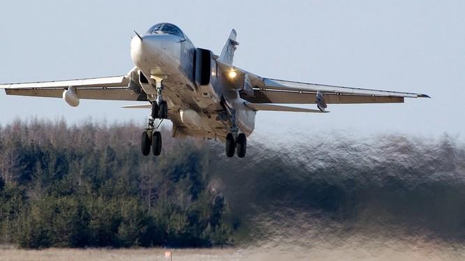 Máy bay ném bom Su-24M2 Nga vẫn xuất kích thông thường ở Syria - ảnh South Front