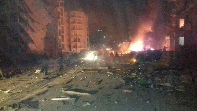 Một góc hiện trường vụ đánh bom xe kinh hoàng ở thành phố Idlib - ảnh minh họa video Masdar News
