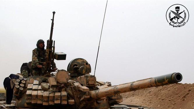 Xe tăng lữ đoàn 42 thuộc sư đoàn cơ giới số 4 trên chiến trường Đông Ghouta, ảnh Masdar News