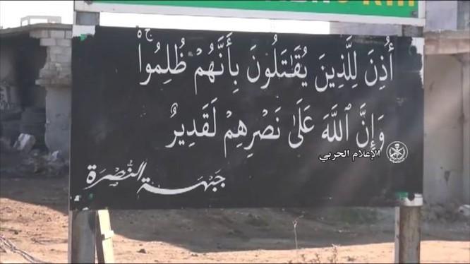 Một tấm bảng viết khẩu hiệu Hồi giáo cực đoan trong thị trấn Sinjar vừa giải phóng - ảnh Masdar News