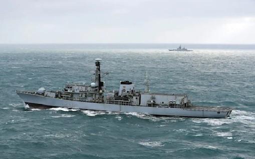 Khu trục hạm HMS Westminster Hải quân Hoàng gia Anh đang theo dõi chiến hạm Nga trên eo biển English Channel - ảnh minh họa video