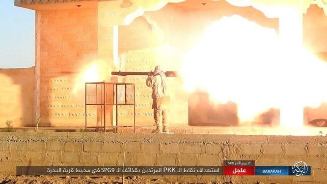 Một chiến binh IS đang bắn pháo không giật trong một ngôi làng ở Deir Ezzor