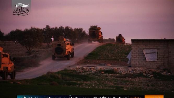 Đoàn xe thiết giáp do Thổ Nhĩ Kỳ cung cấp cho phiến quân tiến về chiến tuyến quân đội Syria ở Idlib - ảnh trang Iba'a của HTS