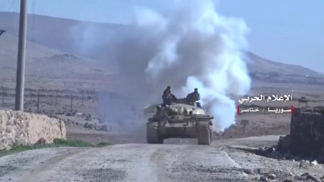 Xe tăng quân đội Syria tiến công trên đường về Idlib - ảnh minh họa video Hezbollah
