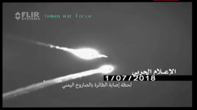 Chiếc máy bay tiêm kích F-15 đối mặt với tên lửa phòng không Houthi - ảnh minh họa video truyền thông Houthi