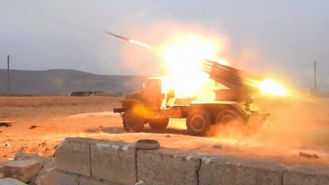 Pháo binh quân đội Syria chiến đấu trên chiến trường tỉnh Idlib - ảnh minh họa Masdar News
