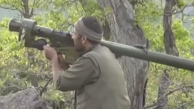 Một chiến binh Đảng lao động người Kurd PKK sử dụng tên lửa MANPAD ở Thổ Nhĩ Kỳ - ảnh South Front