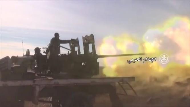 Xe pháo binh quân đội Syria khai hỏa chống phiến quân - ảnh minh họa Masdar News