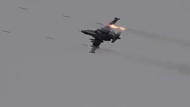 """Một máy bay Su-25 """"Con quả"""" phóng rocket trên chiến trường Idlib - ảnh minh họa Muraselon"""