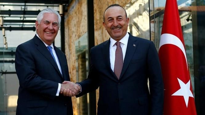 Ngoại trưởng Mỹ Rex Tillerson và Bộ trưởng Ngoại giao Thổ Nhĩ Kỳ Mevlut Cavusoglu tại Istanbul, ảnh Sama TV