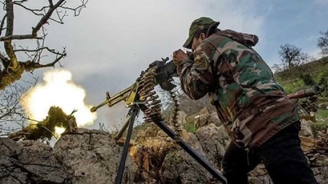 Một xả thủ súng máy quân đội Syria đang xả đạn - ảnh Masdar News