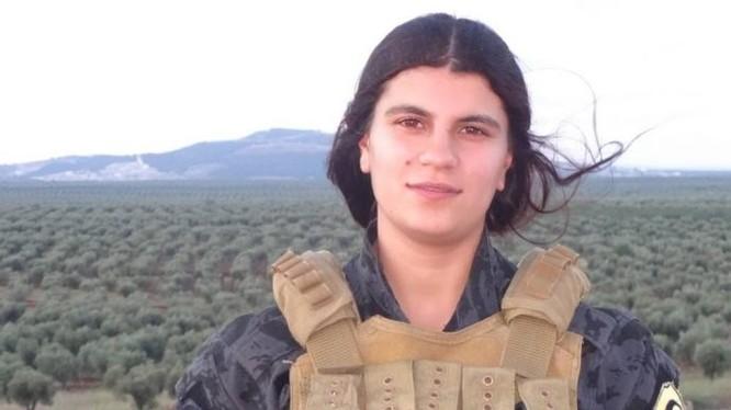 Nũ binh người Kurd Avesta Khabur, được cho là đã đánh bom tự sát ngăn chặn cuộc tấn công của quân Thổ Nhĩ Kỳ - ảnh Masdar News